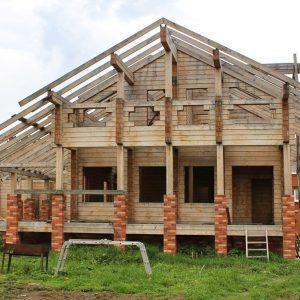 Снаружи – обычный недостроенный деревянный дом…