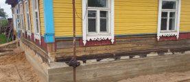 Подъем деревянного дома и замена фундамента