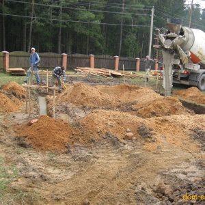 Фундамент заливается в 2 этапа. Этап первый: заливка армированного бетонного основания.