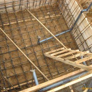 Армирование бетонного фундамента бассейна и прокладка коммуникаций к нему.