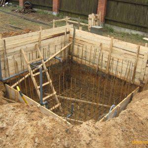 Фундамент под стены сруба и для бассейна заливаем одновременно для сокращения сроков строительства.