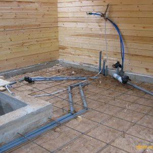 Прокладка подпольных коммуникаций и устройство армирующей сетки для бетонного основания пола 1-го этажа.
