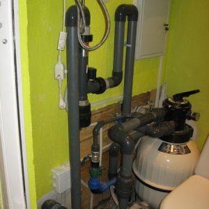 Оборудование бассейна, выше в дальнем углу щит управления электроэнергией.