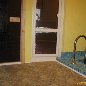 Вид из моечной: слева вход в парную, прямо выход в прихожую.