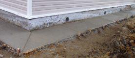 Между фундаментом и отмосткой появилась щель, куда затекает вода. Как решить эту проблему?