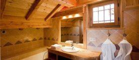Как отделать стены ванной комнаты в деревянном доме?