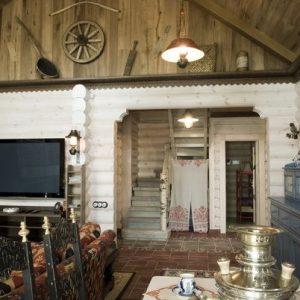 Стержень дома – лестница в самом центре строения. Дизайн гостиной построен на мягком контрасте между выбеленными стенами и более темными поверхностями пола и потолка.