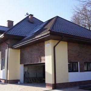 В отделке фасада сочетаются клинкерная плитка и декоративная штукатурка.