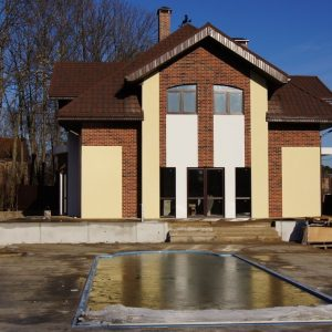 Дом готов, осталось смонтировать ограждения террас и балкона.