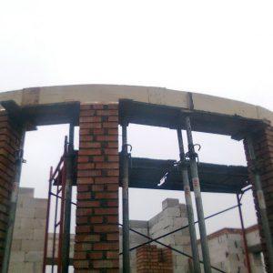 Возведение несущих колонн эркера из кирпича с монолитной ж/б балкой.