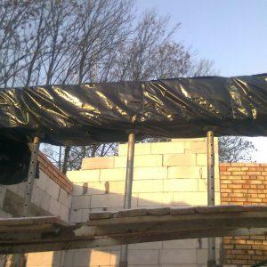 Наступившие холода вынудили бетонные балки и перемычки на время набора прочности утеплить и укрыть пленкой. Их поддерживают временные опоры. Дальнейшее строительство прекратилось на 30 дней.