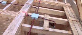 Что надо учесть при прокладке скрытой проводки в деревянном доме?