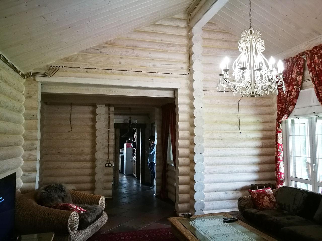 «Мой четырнадцатый дом, но первый — из дерева». Владелец — о жизни в доме из кругляка