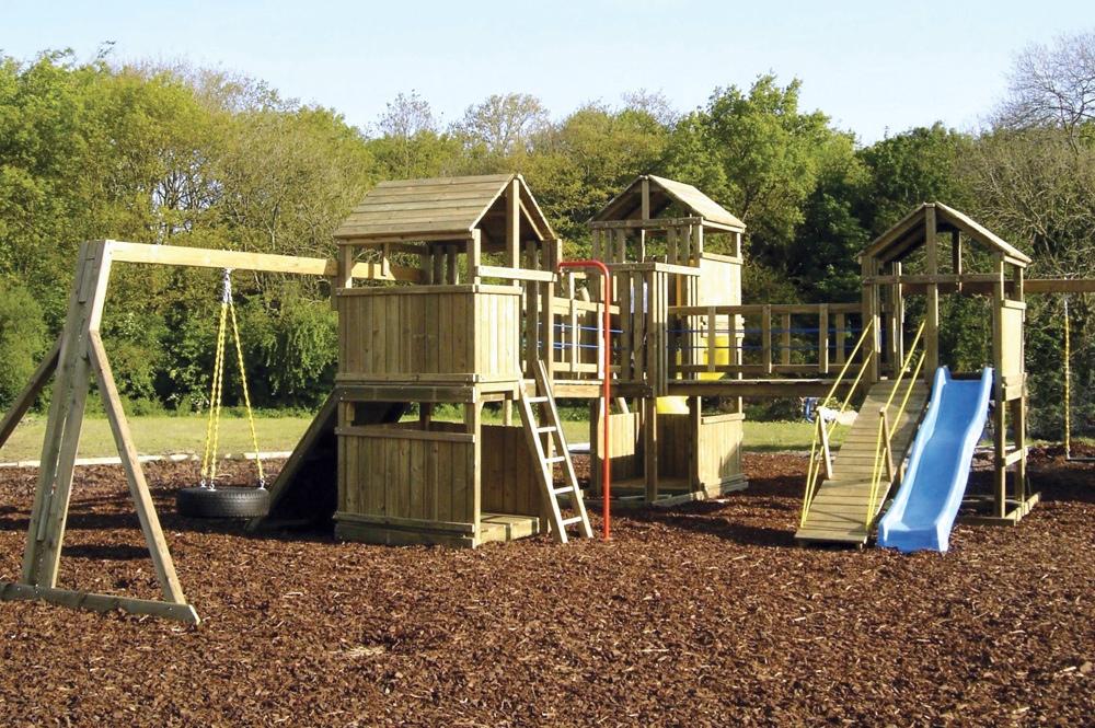 Детская площадка своими руками: строим домик на сваях