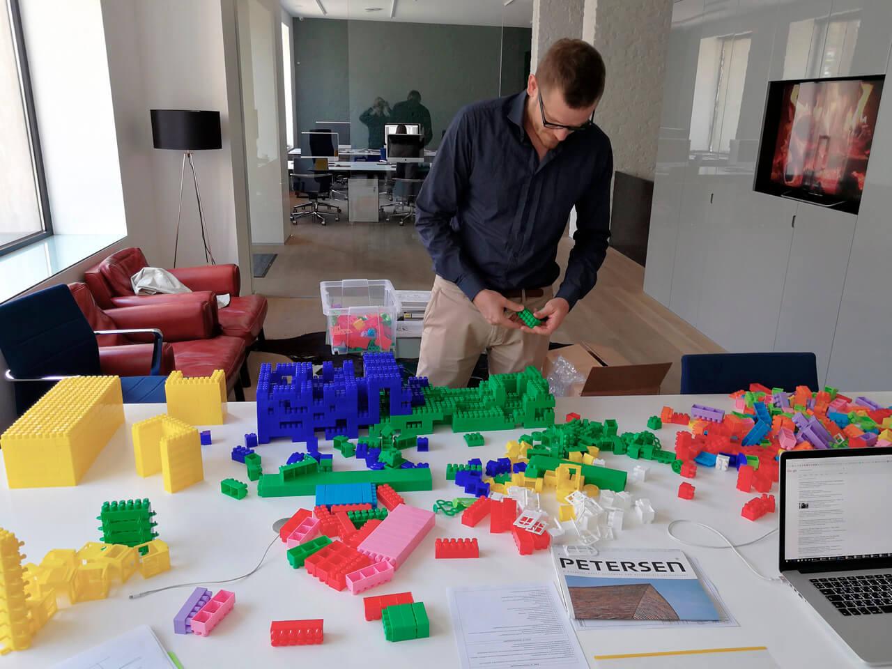 1000 деталей конструктора, 3 архитектора и всего 1 час на постройку. Что из этого вышло?