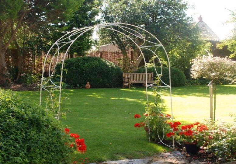 Металлические опоры для сада: особенности конструкции
