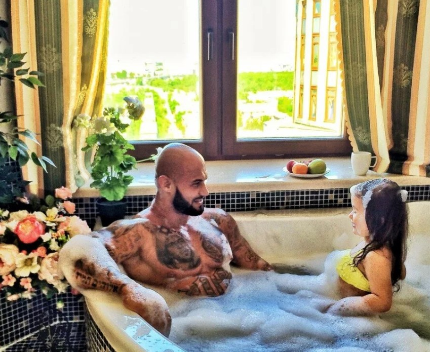 Как живет известный рэпер Джиган с супругой Оксаной Самойловой?