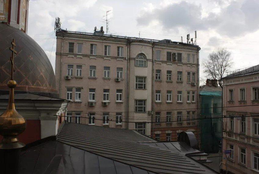 Где проживает писатель Борис Акунин?