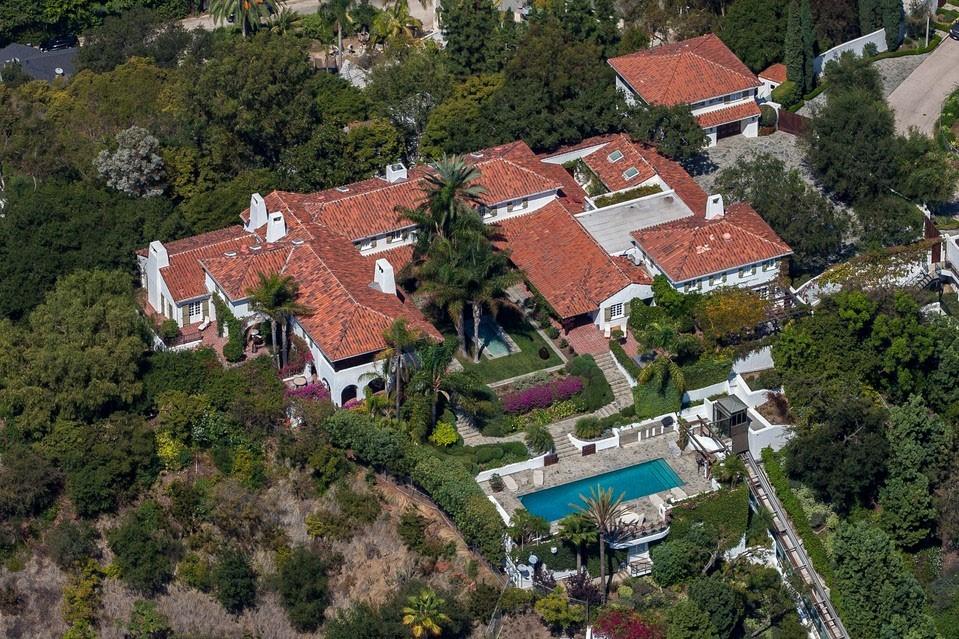 Чем владеет один из самых богатых людей на планете Джефф Безос?
