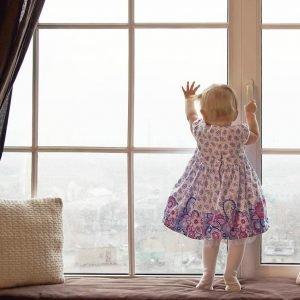 Защита от детей на окна: как заблокировать окно, чтобы ребенок был в безопасности