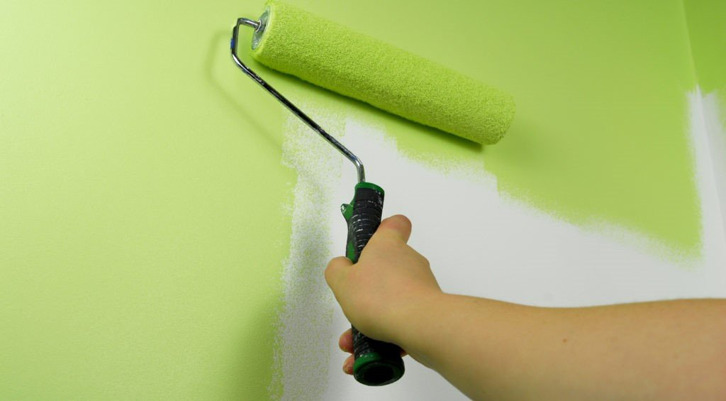 Покрытие стен водоэмульсионной краской с помощью малярного валика