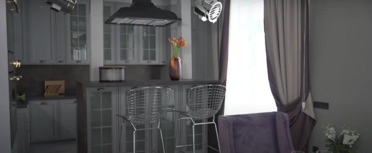 Английский дом Екатерины Волковой и Андрея Карпова: дверные пилястры, ржавый камин и кессоны эпохи Возрождения