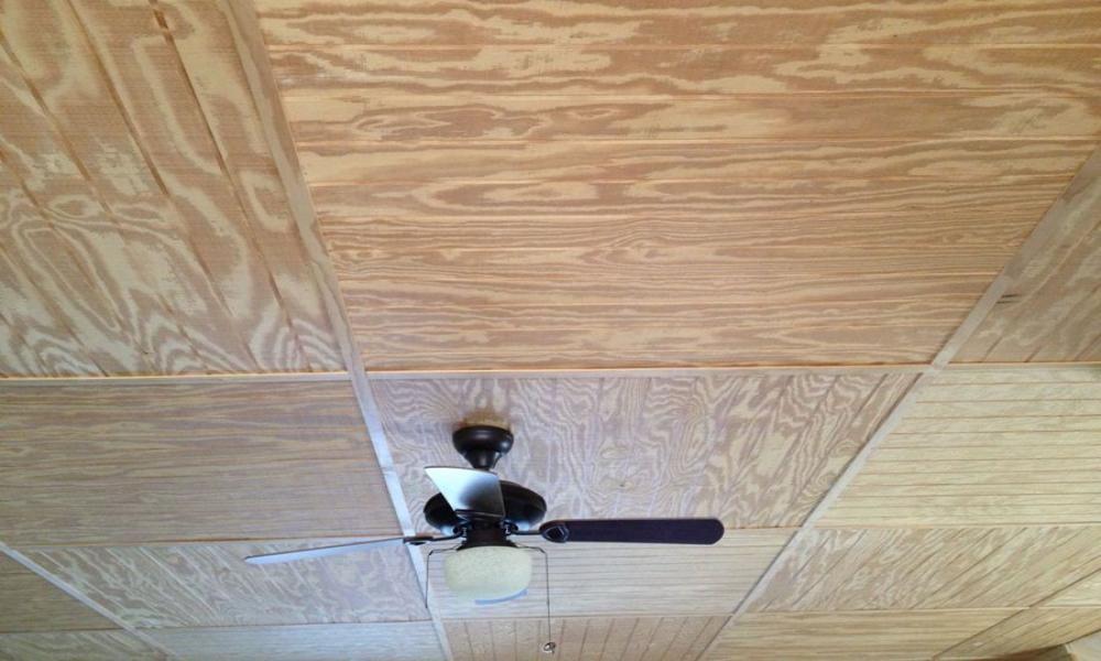 Какой материал можно использовать для отделки потолка в деревянном доме