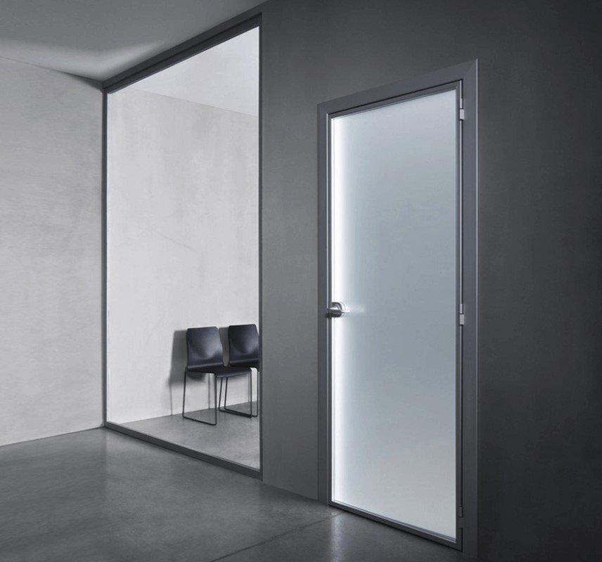 Особенности стеклянных дверей: кому подойдут?