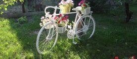 Клумбы из велосипедов: интересные идеи для загородного дома