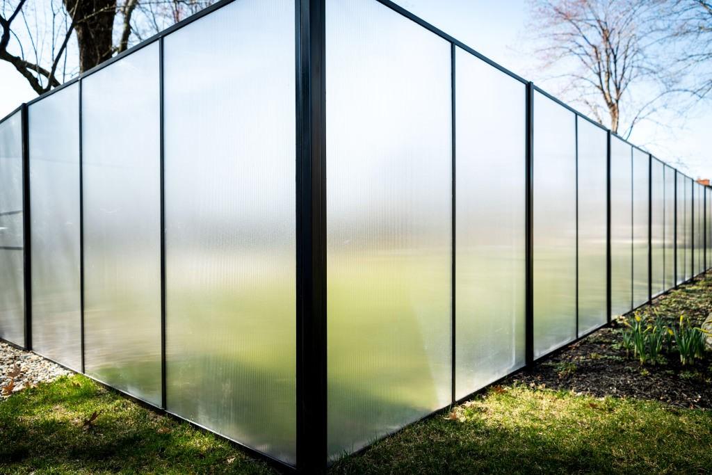 Забор из поликарбоната: преимущества, недостатки и технология возведения