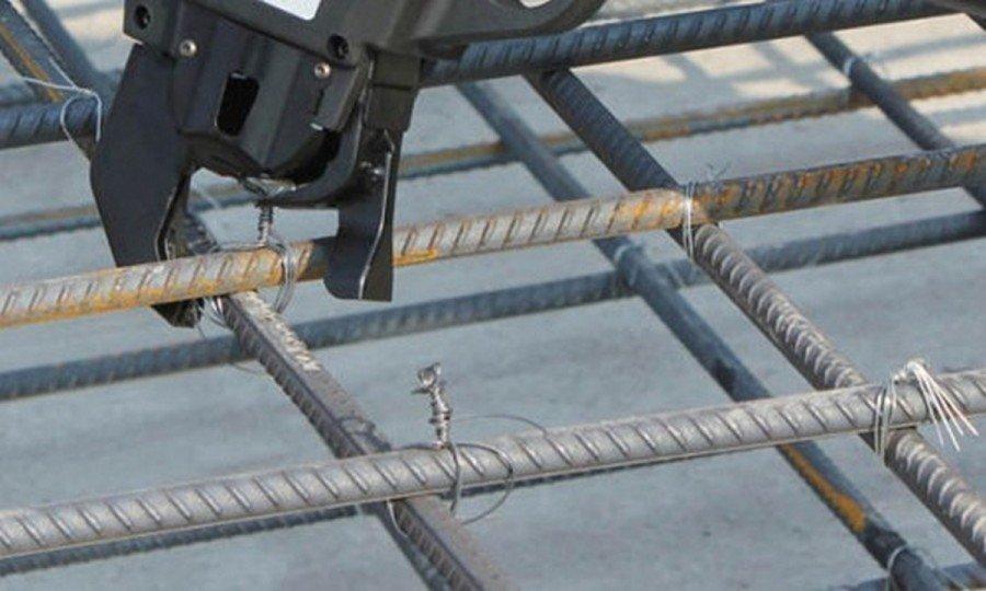 Каким способом можно зафиксировать арматуру и как сделать простой узел, чтобы связать ее