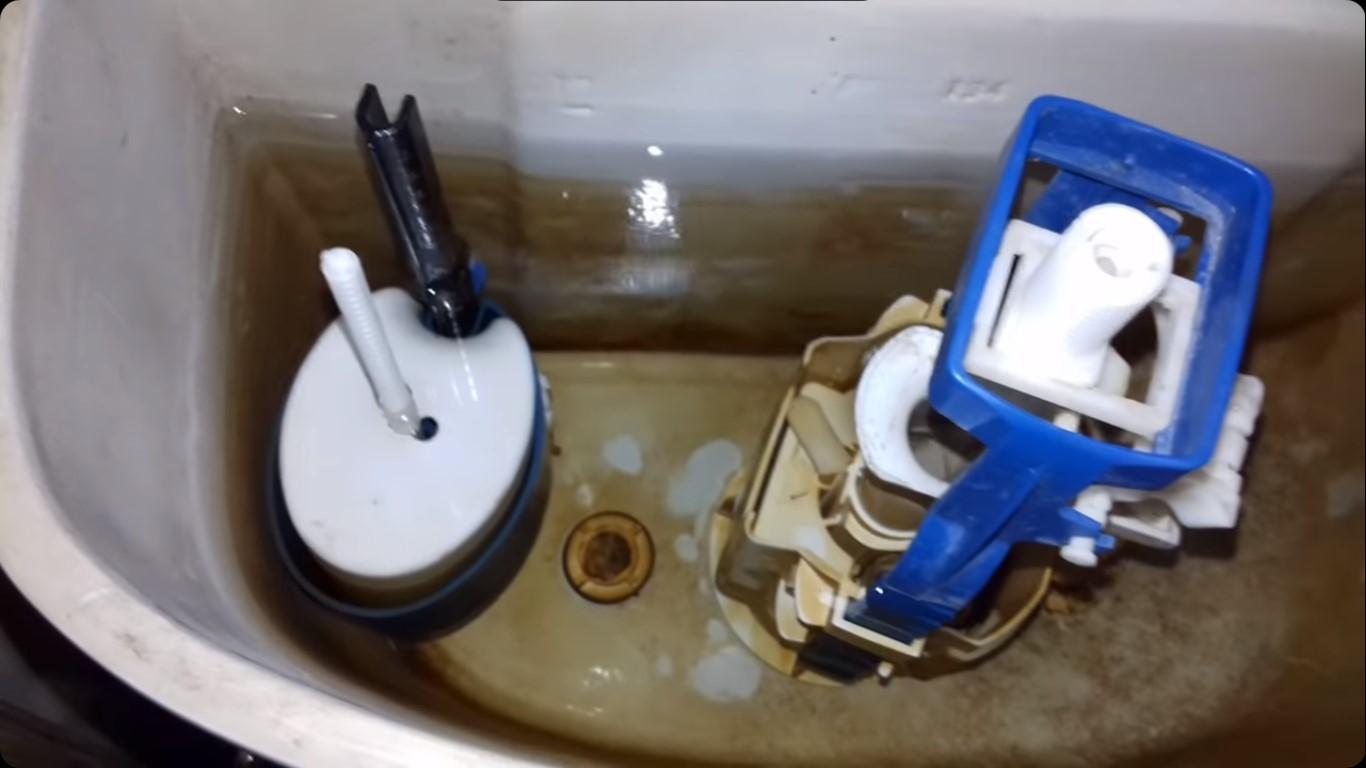 Что нужно делать, если в унитаз постоянно протекает вода из бачка
