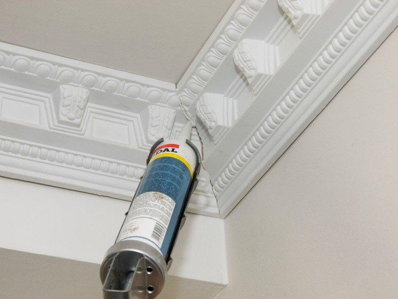 Установка потолочного плинтуса: выбор клея, подгонка линейных и угловых стыков при монтаже