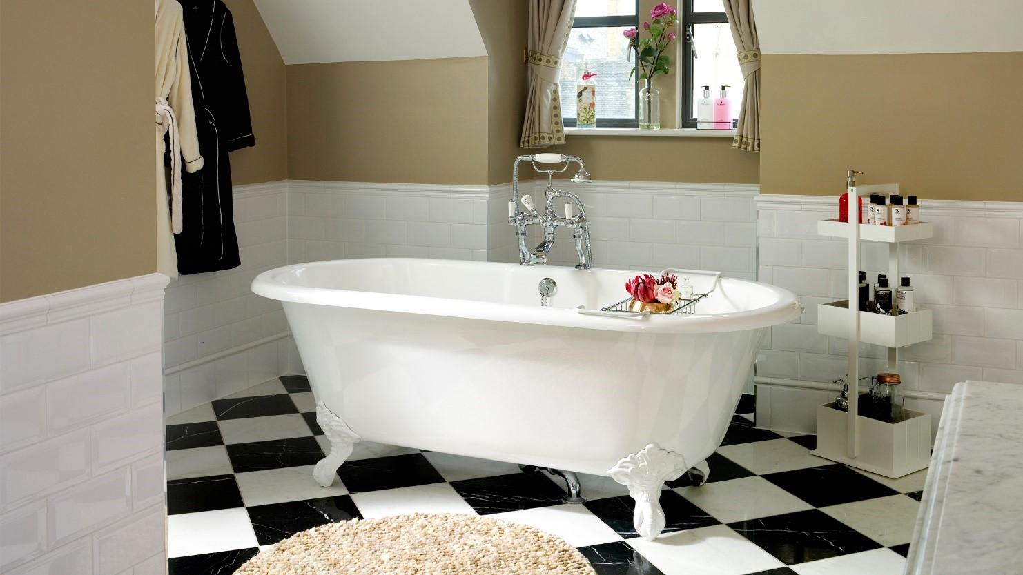 Установка ванны на кафельный пол: разновидности опорных ножек и сборных каркасов