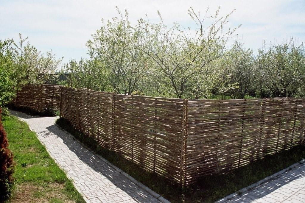Как можно экономно и красиво оформить изгородь на загородном участке