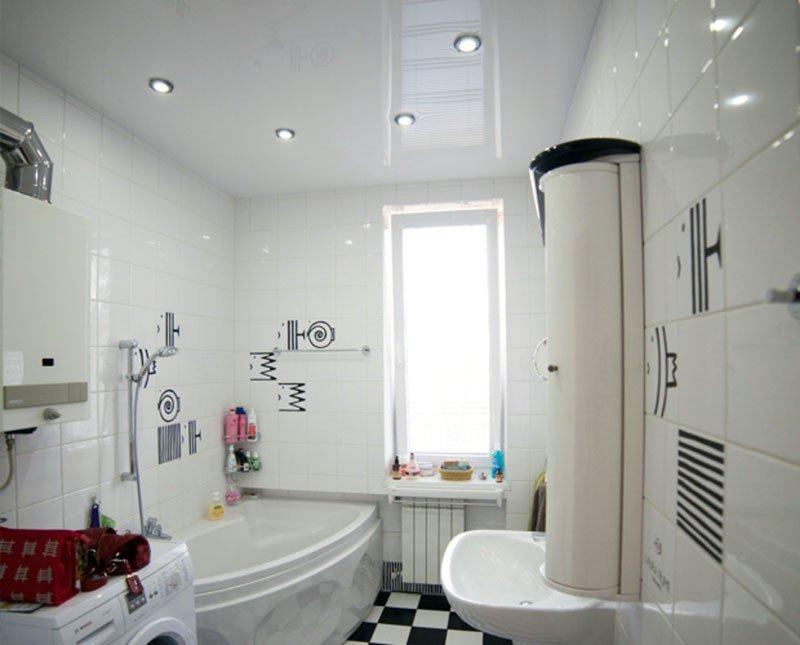 Особенности выбора и разновидности натяжных потолков для ванной
